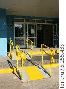 Купить «Пандус для инвалидов при входе в магазин», эксклюзивное фото № 5255433, снято 8 июня 2011 г. (c) Щеголева Ольга / Фотобанк Лори