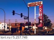 Купить «Лас-Вегас. Downtowner Motel - исторический знак в районе Фримонт стрит», фото № 5257749, снято 4 октября 2013 г. (c) Aleksandr Stzhalkovski / Фотобанк Лори