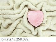 Коробка в виде сердца на фоне одеяла из овчины. Стоковое фото, фотограф Ирина Литвин / Фотобанк Лори