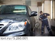Мужчина моет автомобиль на авто-мойке, фара. Редакционное фото, фотограф Петров Игорь Алексеевич / Фотобанк Лори