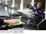 Мужчина на автомойке полирует автомобиль. Стоковое фото, фотограф Петров Игорь Алексеевич / Фотобанк Лори