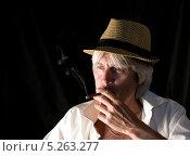 Студийный портрет мужчины в шляпе с сигаретою в руке. Стоковое фото, фотограф Елена Заммоева / Фотобанк Лори