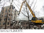 Купить «Тяжёлая техника ломает старый дом», фото № 5264973, снято 18 марта 2012 г. (c) Михаил Иванов / Фотобанк Лори