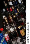 Купить «Алкогольные напитки в баре», эксклюзивное фото № 5266645, снято 4 июля 2020 г. (c) Михаил Рудницкий / Фотобанк Лори