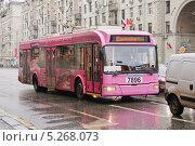 Купить «Розовый троллейбус на Тверской», эксклюзивное фото № 5268073, снято 4 ноября 2013 г. (c) Алёшина Оксана / Фотобанк Лори