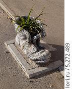 Цветочный вазон в виде ботинка на улице. Стоковая иллюстрация, иллюстратор Светлана Сотцкая / Фотобанк Лори