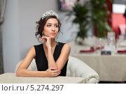 Купить «Милая девушка в черном платье с диадемой на голове сидит за столиком в ресторане», фото № 5274297, снято 25 августа 2013 г. (c) Игорь Долгов / Фотобанк Лори
