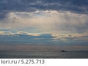 Тихий океан, одинокая лодка, лучи света сквозь облака. Стоковое фото, фотограф Vladimir 'Seagull' Maksimov / Фотобанк Лори