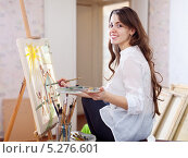 Купить «Длинноволосая красивая художница рисует на холсте», фото № 5276601, снято 31 января 2013 г. (c) Яков Филимонов / Фотобанк Лори