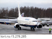 Самолет рулит на стоянку. Редакционное фото, фотограф Олег Пластинин / Фотобанк Лори