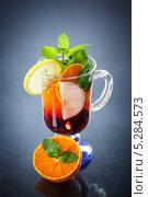 Купить «Фруктовый чай с мятой», фото № 5284573, снято 19 ноября 2013 г. (c) Peredniankina / Фотобанк Лори