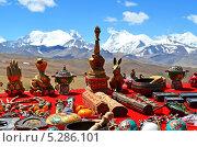 Сувениры Тибета на фоне Гималайских гор (2013 год). Редакционное фото, фотограф Наталья Лихащенко / Фотобанк Лори