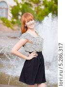 Купить «Портрет улыбающейся девушки на фоне фонтана», фото № 5286317, снято 23 мая 2013 г. (c) Сергей Сухоруков / Фотобанк Лори