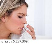 Купить «Молодая женщина страдает от насморка», фото № 5287309, снято 16 июня 2013 г. (c) Андрей Попов / Фотобанк Лори