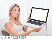 Купить «Радостная девушка показывает ноутбук с пустым экраном», фото № 5287337, снято 16 июня 2013 г. (c) Андрей Попов / Фотобанк Лори