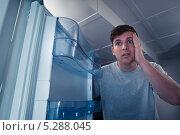 Купить «голодный мужчина смотрит в пустой холодильник», фото № 5288045, снято 22 июня 2013 г. (c) Андрей Попов / Фотобанк Лори
