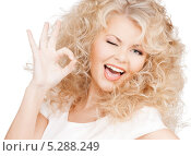 Купить «Красивая девушка с кудрявыми волосами на белом фоне», фото № 5288249, снято 21 ноября 2009 г. (c) Syda Productions / Фотобанк Лори