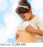 Купить «Счастливая девочка получает новогодний подарок в большой коробке», фото № 5288449, снято 25 августа 2013 г. (c) Syda Productions / Фотобанк Лори