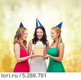 Купить «Счастливые молодые подруги празднуют Новый год», фото № 5288781, снято 20 октября 2013 г. (c) Syda Productions / Фотобанк Лори