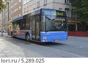 Купить «Рейсовый автобус на улице Мюнхена, Германия», фото № 5289025, снято 19 сентября 2013 г. (c) Александр Замараев / Фотобанк Лори
