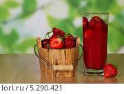 Купить «Клубника в деревянном вёрке, в стакане и рядом на столе», фото № 5290421, снято 20 июня 2013 г. (c) Сергей Молодиков / Фотобанк Лори