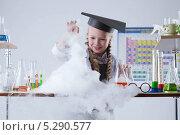 Купить «Девочка в химической лаборатории проводит опыты», фото № 5290577, снято 19 октября 2013 г. (c) Гурьянов Андрей / Фотобанк Лори