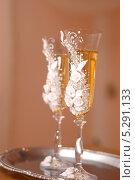 Два бокала шампанского на светлом фоне. Стоковое фото, фотограф Александр Батищев / Фотобанк Лори