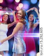 Купить «Красивые девушки отдыхают в ночном клубе под светом софитов», фото № 5292605, снято 20 октября 2013 г. (c) Syda Productions / Фотобанк Лори