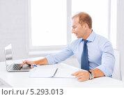 Купить «улыбающийся мужчина в офисе за работой», фото № 5293013, снято 9 июня 2013 г. (c) Syda Productions / Фотобанк Лори