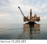 Купить «Нефтяная вышка в море», фото № 5293381, снято 12 сентября 2013 г. (c) Elnur / Фотобанк Лори