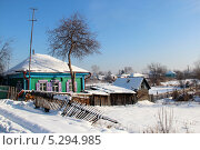 Купить «Сельский дом с повалившимся забором», фото № 5294985, снято 7 февраля 2012 г. (c) Марина Орлова / Фотобанк Лори