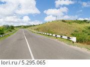 Асфальтированная дорога поднимается в горы. Стоковое фото, фотограф Михаил Бессмертный / Фотобанк Лори