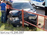 Купить «Машина врезалась в забор на фоне машины дорожно-патрульной службы», фото № 5295097, снято 31 мая 2010 г. (c) Алексей Карпов / Фотобанк Лори