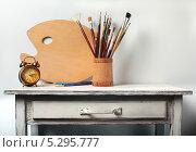 Натюрморт с палитрой,кистями и будильником. Стоковое фото, фотограф Сергей Белов / Фотобанк Лори