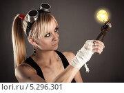 Купить «Женщина-инженер смотрит на свечение лампочки», фото № 5296301, снято 16 ноября 2013 г. (c) Quadshock / Фотобанк Лори