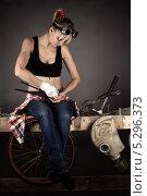 Купить «Женщина-инженер ремонтирует водопроводный кран», фото № 5296373, снято 16 ноября 2013 г. (c) Quadshock / Фотобанк Лори
