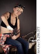Купить «Женщина-инженер ремонтирует водопроводный кран», фото № 5296377, снято 16 ноября 2013 г. (c) Quadshock / Фотобанк Лори
