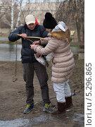 Купить «Мужчина и женщина достают из подсачека свой улов», фото № 5296865, снято 19 ноября 2013 г. (c) Михаил Иванов / Фотобанк Лори