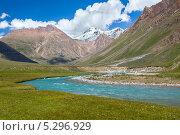 Голубая горная река и снежные вершины Тянь-Шаня, Киргизия. Стоковое фото, фотограф Евгений Дубинчук / Фотобанк Лори