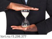 Купить «песочные часы в мужских руках», фото № 5298377, снято 14 июля 2013 г. (c) Андрей Попов / Фотобанк Лори