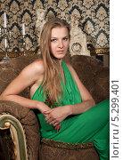 Купить «Портрет юной блондинки в мягком кресле. Изолированно на белом», фото № 5299401, снято 18 июля 2013 г. (c) Владимир Белобаба / Фотобанк Лори
