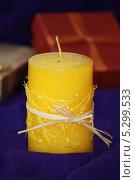 Купить «Праздничная жёлтая свеча», фото № 5299533, снято 24 ноября 2013 г. (c) Вероника / Фотобанк Лори