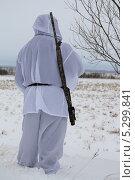 Купить «Охотник стоит спиной», эксклюзивное фото № 5299841, снято 24 ноября 2013 г. (c) Вероника / Фотобанк Лори
