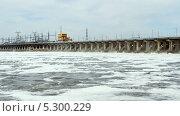 Купить «Сброс воды, ГЭС», видеоролик № 5300229, снято 31 августа 2013 г. (c) Курганов Александр / Фотобанк Лори