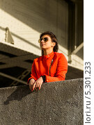 Симпатичная молодая девушка в оранжевой куртке (2013 год). Стоковое фото, фотограф Юрий Селиванов / Фотобанк Лори