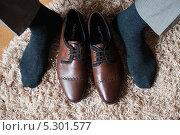 Кожаные мужские коричневые ботинки и мужские ноги (2013 год). Редакционное фото, фотограф Игорь Низов / Фотобанк Лори