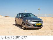 Купить «Автомобиль Hyundai i20 в пустыне Израиля», фото № 5301677, снято 11 ноября 2013 г. (c) Александр Овчинников / Фотобанк Лори