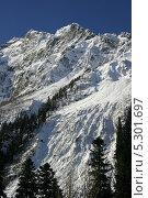 Горный склон после снегопада в солнечный день. Стоковое фото, фотограф Ислам Ижаев / Фотобанк Лори