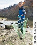 Купить «Мальчик держит в сачке только что пойманную форель», фото № 5301757, снято 23 ноября 2013 г. (c) Ирина Кожемякина / Фотобанк Лори