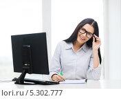 Купить «Привлекательная молодая женщина работает в современном офисе», фото № 5302777, снято 6 ноября 2013 г. (c) Syda Productions / Фотобанк Лори